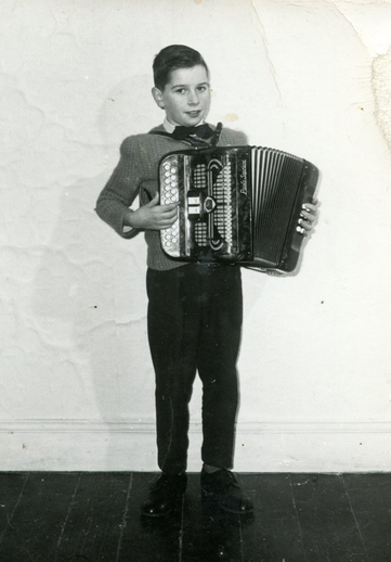 Unidentified boy, accordion / [unidentified photographer]