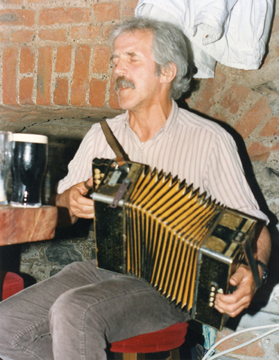 Johnny Moynihan, accordion, 1993 / Luke Cheevers