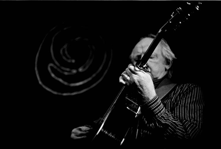 Arty McGlynn, guitar, 2011 / Danny Diamond