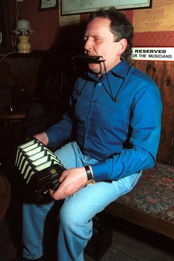Mick Kinsella, concertina & harmonica / Steven de Paoire