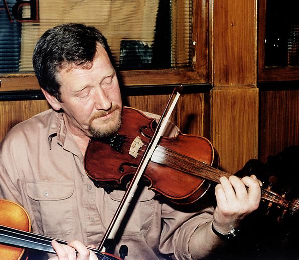 Mick O'Grady, fiddle, singer / Steven de Paoire