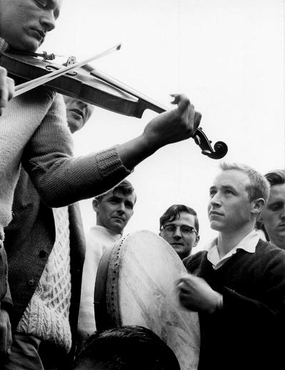 Unidentified fiddler and bodhrán player at the Fleadh Cheoil, Gorey, 1962 / Bord Fáilte