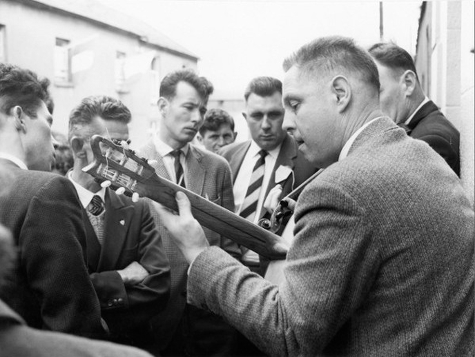 Unidentified fiddler and guitarist at the Fleadh Cheoil Gorey, 1962 / Bord Fáilte