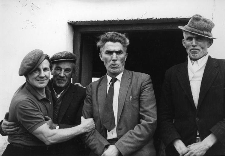 Seosamh Ó hÉanaí, singer, & others, 1970s / unidentified photographer