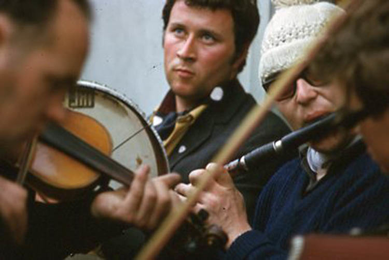 Unidentified, fiddle, & others, 1969 / Pádraig Ó Mathúna