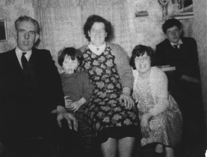 Mick O'Hara, Lizzie O'Hara and their children / [unidentifed photographer]