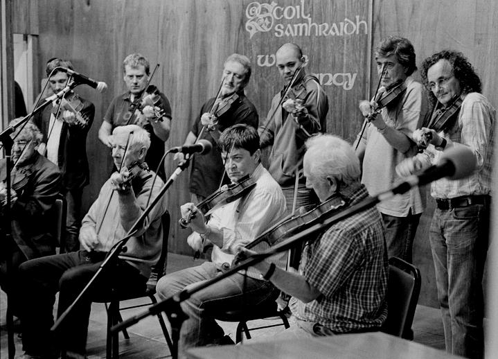 Fiddlers pay tribute to Muiris Ó Rócháin, 2012 / Tony Kearns, photographer