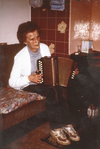 Margaret Peg Kelliher, accordion / Máire O'Keeffe