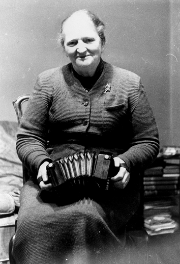 Elizabeth Crotty, concertina / [unidentified photographer]