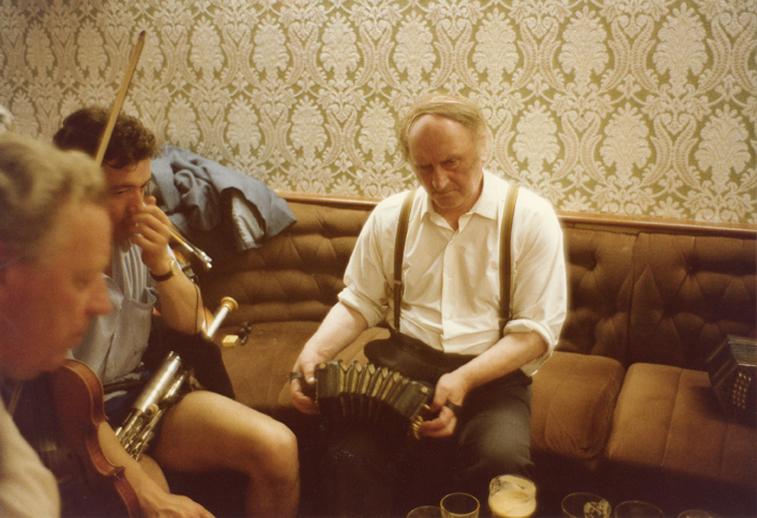 John Kelly senior, concertina, 1983 [photograph] / Fran O'Rourke