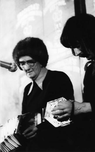 Mary Ann Carolan, concertina ; Jim McArdle, concertina, 1977 / Joe Dowdall