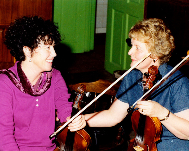 Edel McWeeney & Kathleen Smith, fiddles / Steven de Paoire