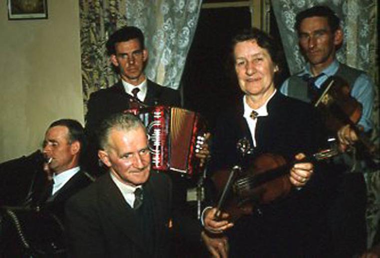 Treasa Ní Ailpín, fiddle, & others, 1958 / Pádraig Ó Mathúna