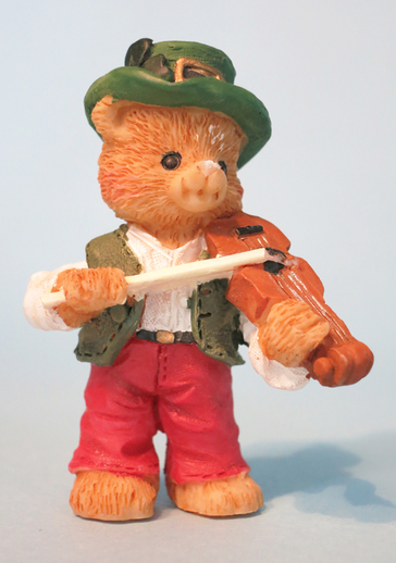 Ceramic bear playing fiddle / ITMA photographer