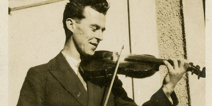 Seamus Omahony Playing Fiddle