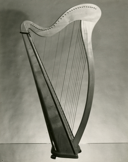 Nylon-strung harp made for Gráinne Yeats by Kenzo Aoyama of Japan in 1972 / [unidentified photographer]