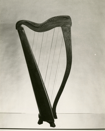 Gut-strung harp made for Gráinne Yeats by Daniel Quinn of Dublin in 1967 / [unidentified photographer]