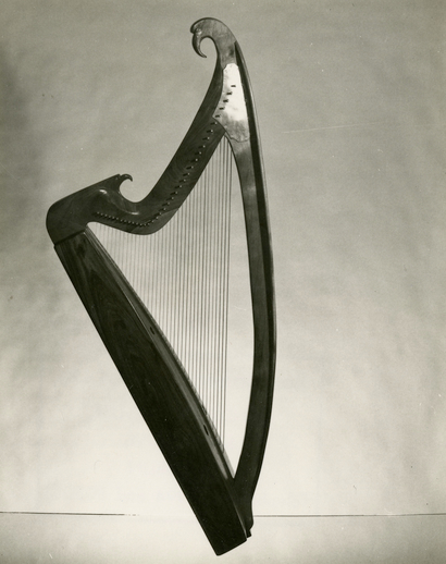 Wire-strung harp made for Gráinne Yeats by Jay Witcher of California in 1975 / [unidentified photographer]
