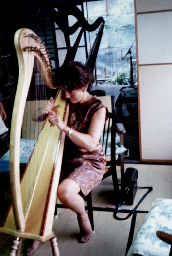 Gráinne Yeats playing an Aoyama harp in Japanese Inn, Fukui / [unidentified photographer]