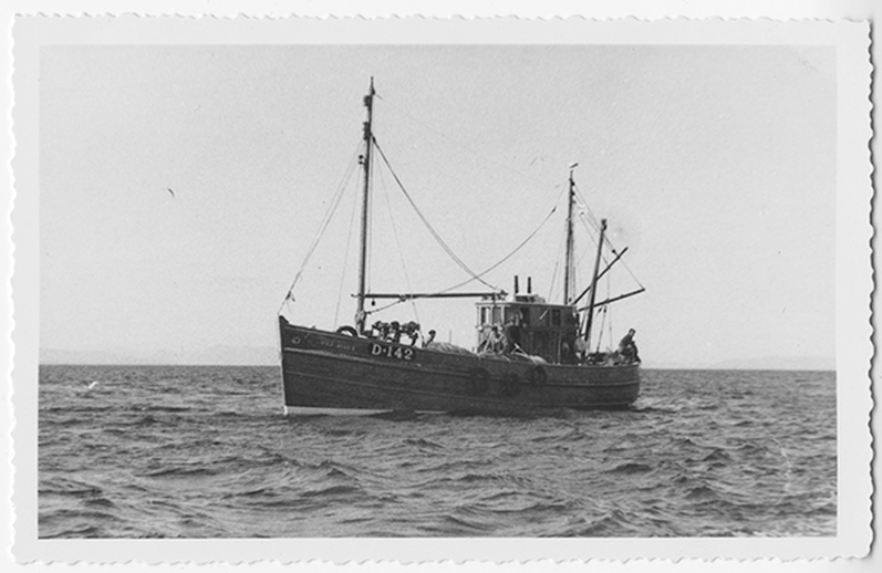 MFV Ros Éinne coming ashore, with Maidhlín Mhaidhcilín Seoighe astern and his fellow crewmembers, August 1956, courtesy of the Ralph Rinzler Folklife Archives and Collections / Sidney Robertson Cowell